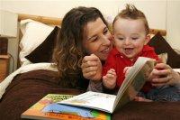 nino-leyendo-con-su-madre